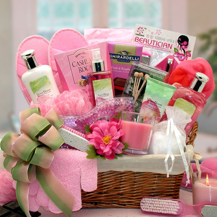 Full size bath products feature an aromatic blend of sweet summer blooms and scents. Send a pamper me spa gift to a special woman in your life such as your mom, wife or girl friend. This extravagant collection of deluxe spa products refreshes the body an #gift